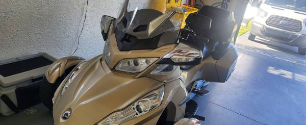 Photo 2018 CANAM SPYDER RT DELUXE LIKE NEW - $21,500 (CAPE CORAL)
