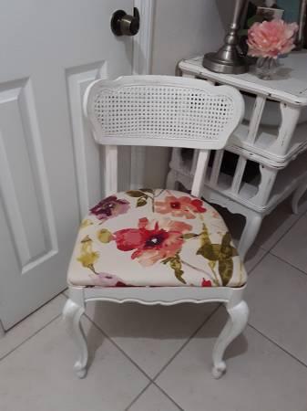 Photo 2 pretty vintage chairs - $35 (Avon park)