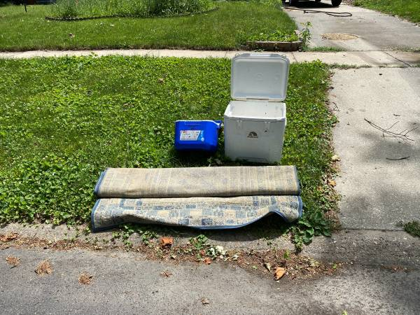 Photo CURB ALERT Rug and two coolers (Urbana)