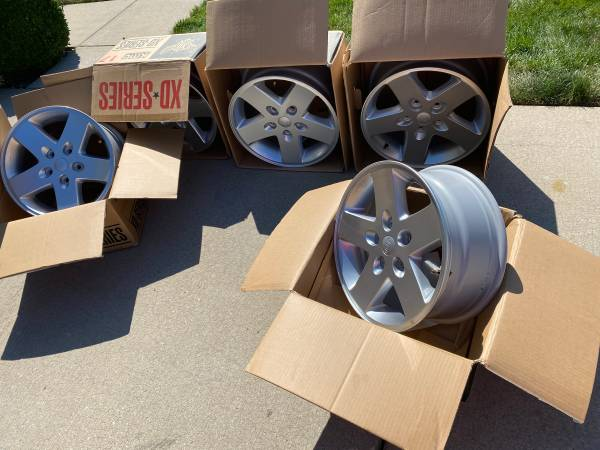 Photo Set of 5 New Take Off Jeep Wrangler OEM 17quot Rims Wheels (SW Chaign)
