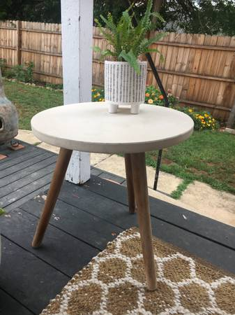 Photo Concrete side table for patio or garden - $25 (Waynesboro)