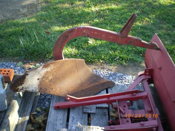 Photo Farmall Cub, Fast Hitch Single Bottom Ground Plow. (Very Nice) (Fort Loudon, Pa.)