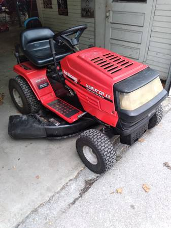 Photo Yard machines riding mower - $300 (Fort loudon)