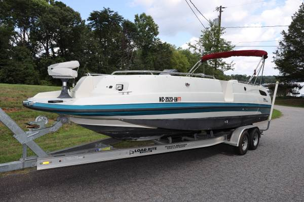 Photo Chaparral 250 Deck Boat newer 5.7L - $9,950 (Mooresville)