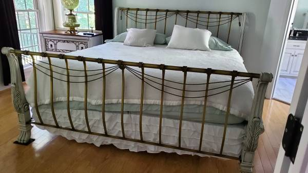 Photo Wrought Iron King Size Sleigh Bed - $575 (Concord)