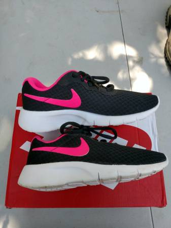 Photo GREAT DEAL ...Toddler Girls Nike Tanjun Size 1 Excellent Condition - $25 (Blasdell)