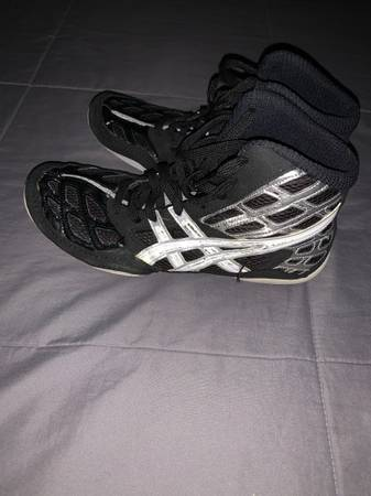 Photo Mens wrestling shoes 9.5 - $5 (Amherst)