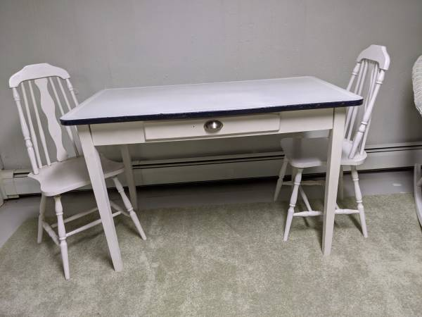 Photo Porcelain top table, 2 chairs - $100 (Fredonia)