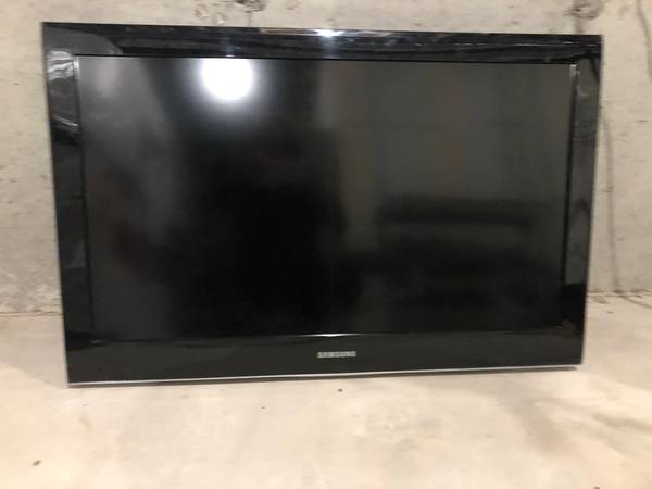 Photo 37 Samsung HDTV with Wall Bracket - $140 (Naperville)