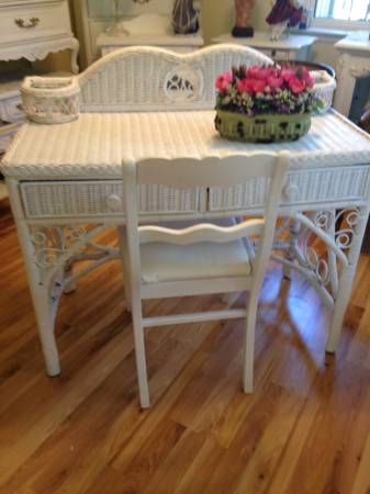 Photo Attractive Vintage White Wicker Vanity or Desk w Antique chair - $200 (Downers Grove (mlz03))