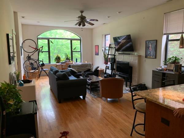 Photo Bedroom in spacious Wicker Park 3BR (September) (Wicker Park)