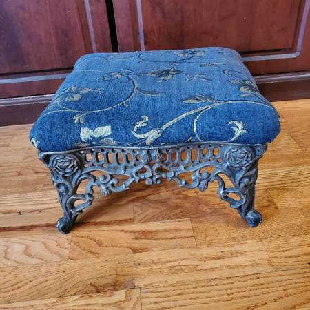 Photo CAST IRON FOOT STOOL Victorian style padded - $40 (Des Plaines Mount Prospect)