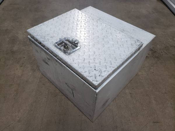 Photo Diamond Plate Tool Box Pick Up Truck Bed RV Trailer Toolbox Storage - $75 (Glenview)