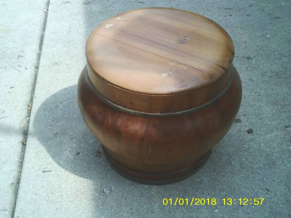 Photo HIGH END OAK BROOK COMPANY ROUND WOODEN CONTAINER WITH LID EXCELLENT F - $50 (downers grove)