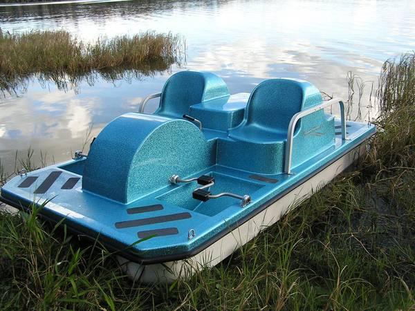 Photo Paddle Wheeler 4-Seat Fiberglass Pedal Boat Self Draining - $2999 (Mundelein)