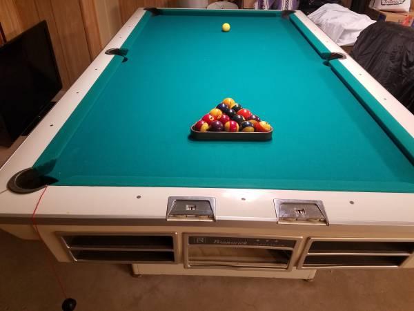 Photo Vintage Brunswick billiards pool table, light, sticks, etc. - $675 (Arlington Heights)