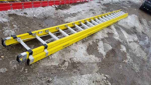 Photo Werner heavy duty 40 foot 300 lb yellow fiberglass extension ladder - $350 (woodstock illinois)