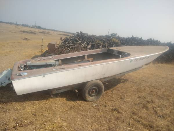 Photo 18 ft. Ski boat and Volvo 6Cyl. inoutboard motor with drive unit - $250 (Corning)