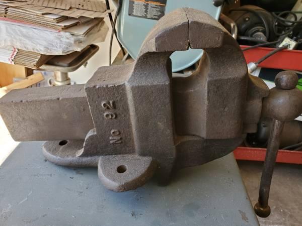 Photo ANTIQUE BENCH VISE AM CO ATHOL MASS NO 92 1894 4 12quot JAWS 52 POUNDS - $95 (Chico)