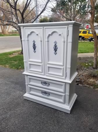 Photo Beautiful white armoire dresser - $300 (Chico)