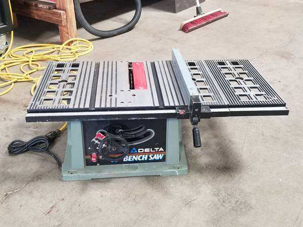 Photo Delta 10quot benchtop table saw - $100 (chico)