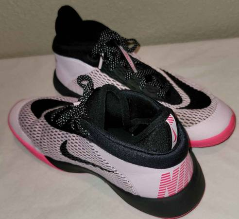 Photo Nike Kids Future Flight Basketball Sneakers Youth 4.5, pink and black - $30 (Chico)