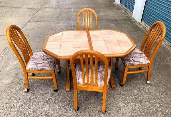 Photo Oak Dining Room Table Tile Top w Four Chairs - $150 (Chico)