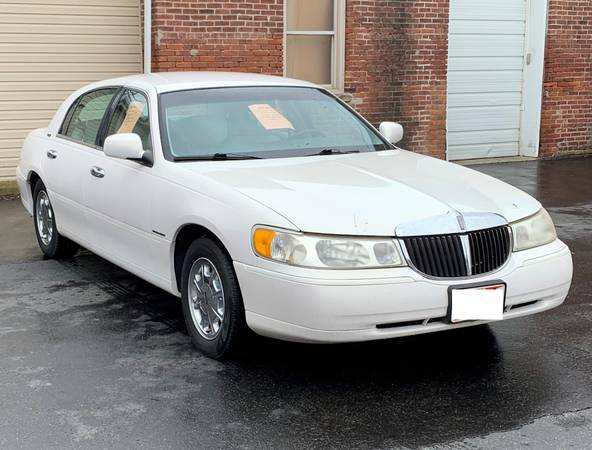 Photo 1999 Lincoln Town Car Signature Edition White - $7995 (134 n. Court St., Circleville, Ohio)