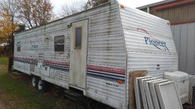 Photo 2001 FLEETWOOD PIONEER - $1,500 (BETHEL, OHIO)