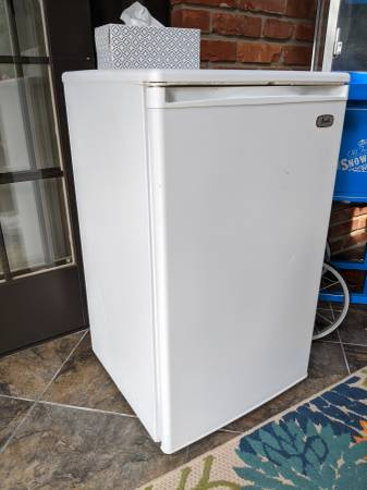 Photo FREE Mini Fridge (MONTGOMERY)