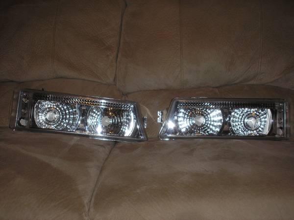 Photo Silverado  Avalanche Front LED Parking  Turn Signal lights - OBO - $55 (BataviaOwensville)