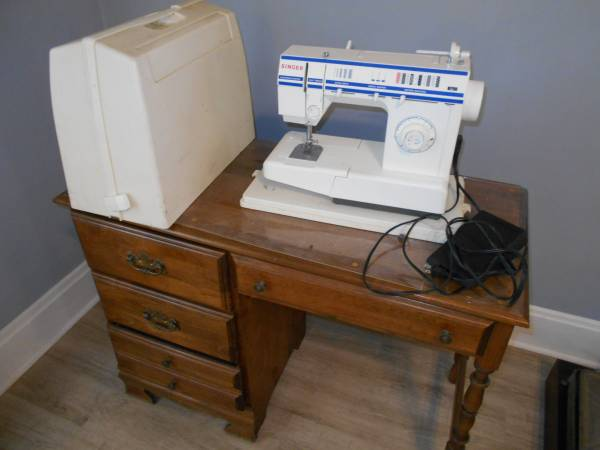 Photo Singer sewing machine and desk - $50 (FORT THOMAS)