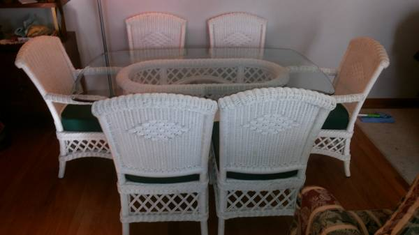 Photo White wicker glass top table and six chairs (New Albany)