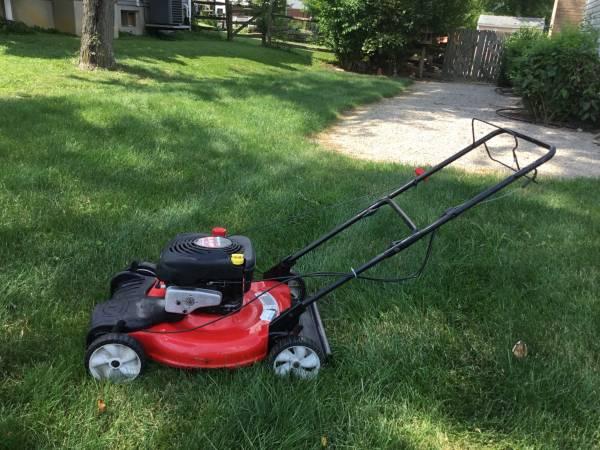 Photo Yard machines self propelled lawn mower - $125 (Mason)