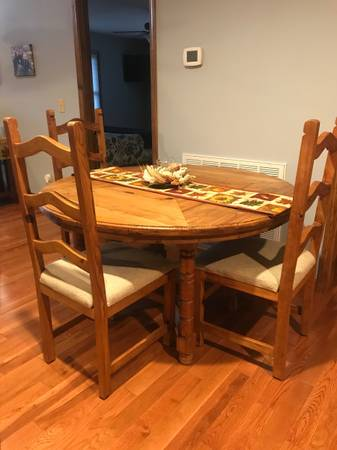 Photo Oak Dining Table and Chairs - $200 (Roan Mountain)