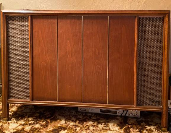 Photo 1962 Vintage Magnavox 1-ST600 Stereo Console - $175 (Twinsburg)