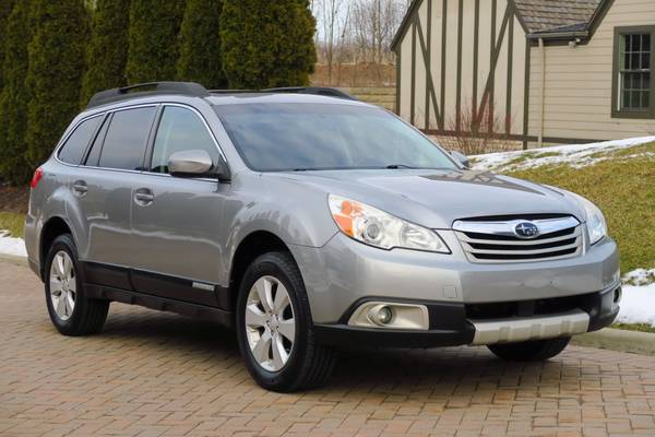 Photo 2011 Subaru Outback Limited Wagon AWD, heated leather, moonroof, CLEAN - $5800 (Willoughby)