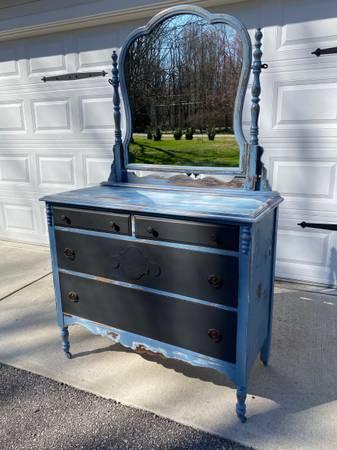 Photo Antique Shabby Chic Dresser - $180 (Gates Mills)