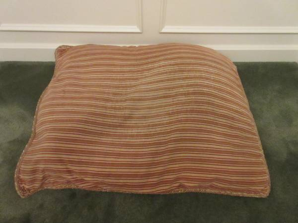 Photo DOG BED -- BROWN-RED STRIPED -- 38quot X 28quot - $10 (Macedonia)