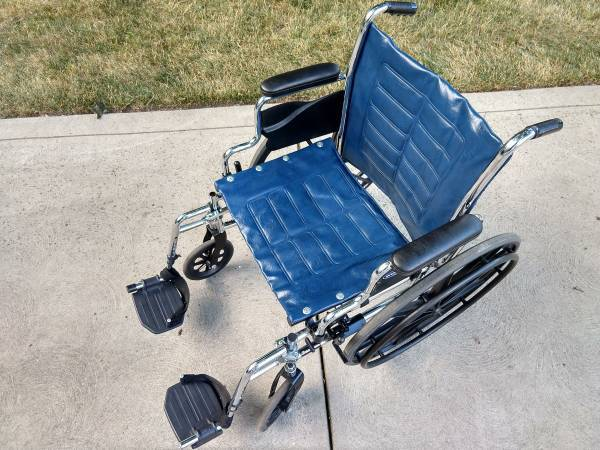 Photo Extra-Wide Wheelchair  Footrest - Lightweight Foldable (Never-Used) - $120 (Parma)
