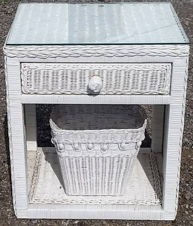 Photo Glass Top White Wicker Nightstand and Basket and Basket - $75 (Elyria)
