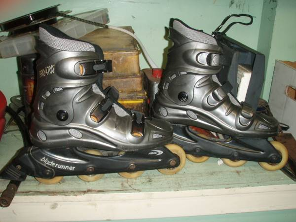 Photo Mens womens roller blades - $10 (cleveland)