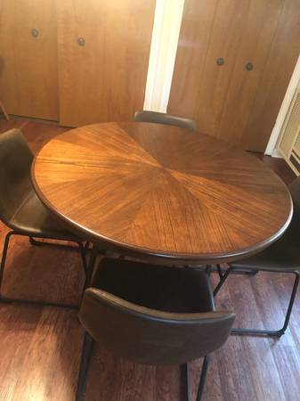 Photo Round Table w4 Chairs - $490 (Bedford)