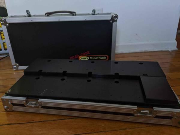 Photo T-Rex ToneTrunk 70 Pedal Board w Flight Case - $150 (Cleveland)