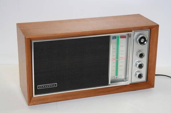 Photo Vintage Panasonic AMFM Table Top Walnut Radio - $100 (Westlake)