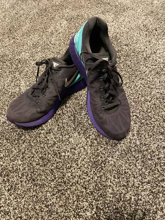 Photo Womens Nike Sneakers size 9.5 - $15 (Willowick)