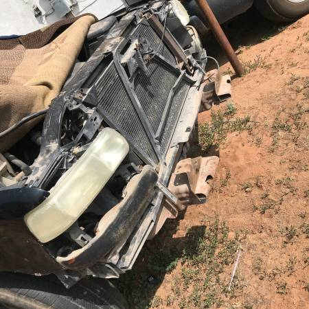 Photo Parting out 2001 Gmc - $100 (Hobbs nm)