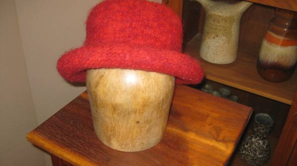 Photo Woman39s RED hat, thick wool - $20 (Lomas  Tramway)
