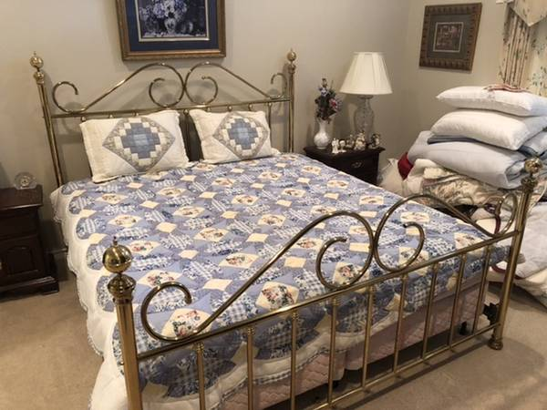 Photo KING SIZE BRASS BED WITH MATTRESS  BOXSPRINGS - $350 (Pebble Creek)