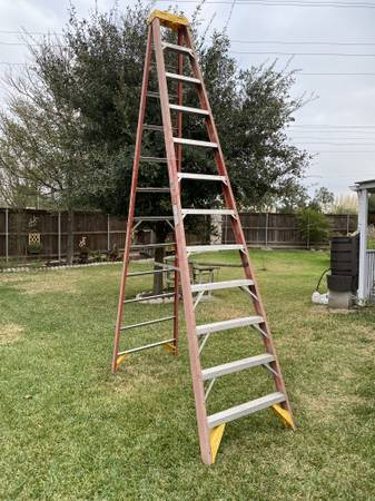 Photo Ladder 12 ft step ladder - $125 (College Station)